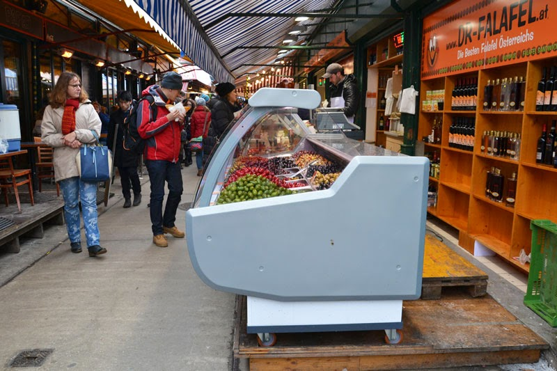 At the Naschmarkt in Vienna, you can buy snacks or try culinary specialties from around the world
