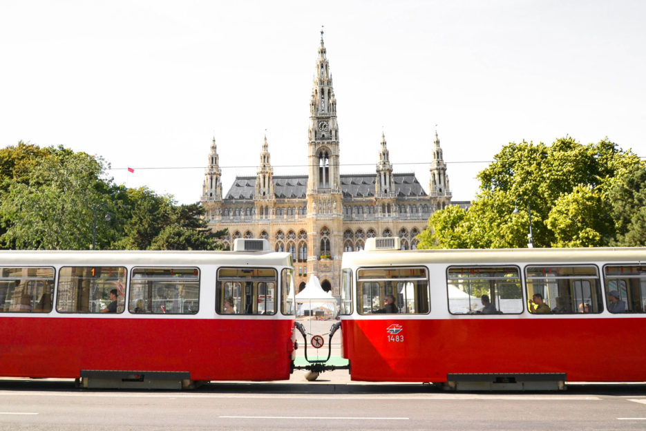 rathaus_vienna_red_tram