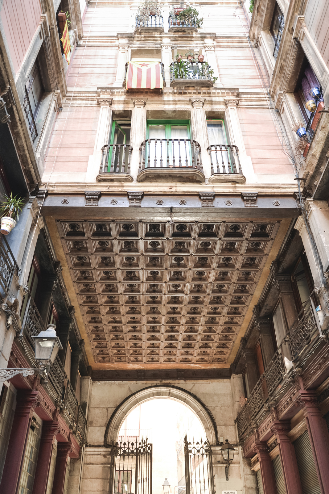 Barcelona-Architecture-of-Gothic-Quarter-by-epepa