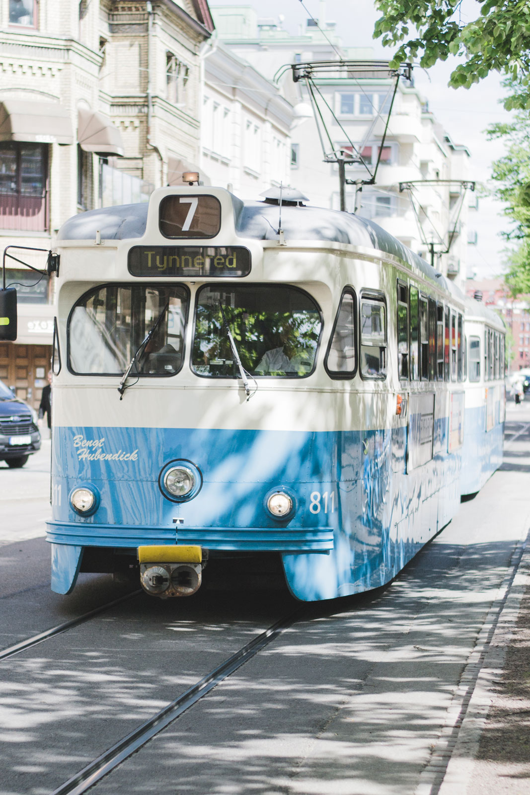 Blue-tram-in-Gbg