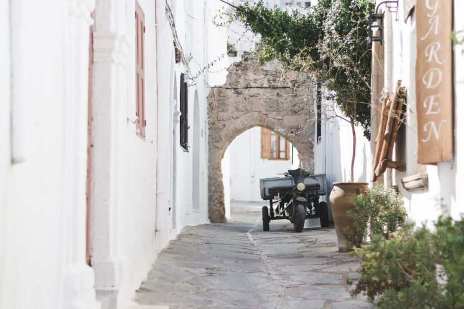 Beautiful street in Lindos, Rhodes - from travel blog: https://epepa.eu/