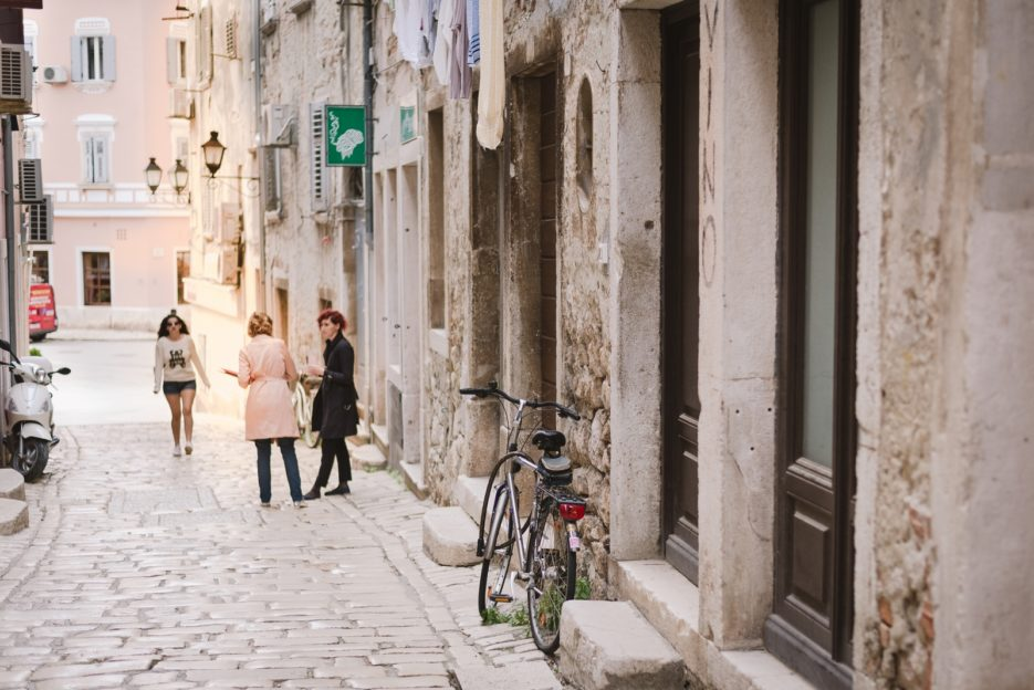 Charming streets in the old town of Rovinj, Istria - from travel blog https://epepa.eu